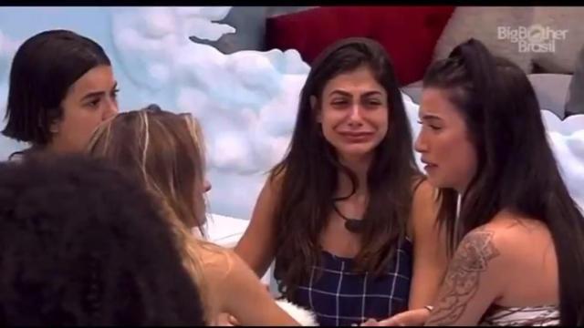 'BBB': Bianca é chamada para falar sobre informações de fora da casa e chora