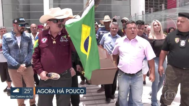 Corpo do locutor de rodeios Asa Branca é velado na Assembleia Legislativa de SP