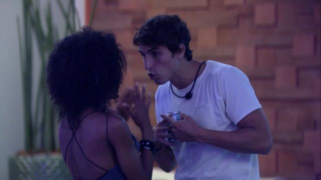 'BBB20': Thelma pressiona Felipe Prior, e brother afirma que nunca foi machista na casa