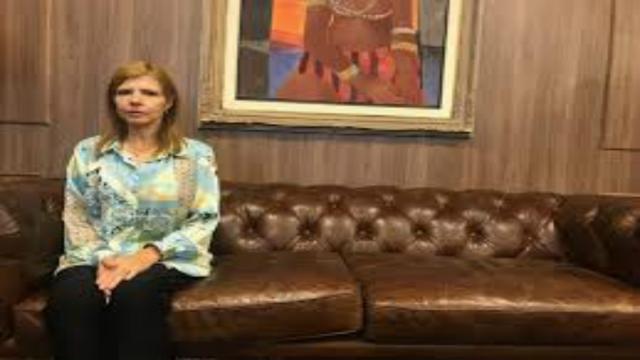 Viúva de Gugu tem pensão reduzida e quer anular testamento do apresentador