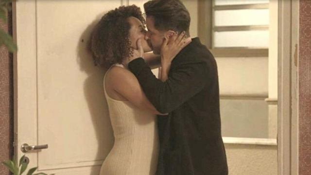'Amor de Mãe': Raul surge na casa de Vitória no meio da noite e beija a ex