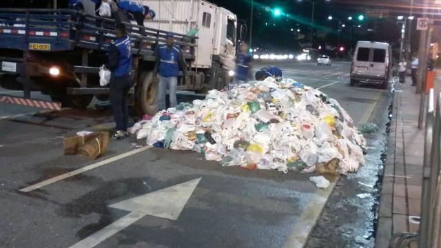 Alimentos arrecadados em show de Pabllo Vittar em MG são deixados na rua