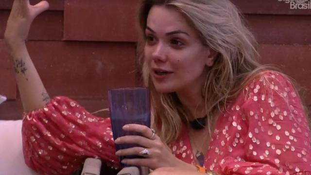 'BBB20': Gizelly, em conversa com Marcela, cogita que Daniel quer médica por interesse