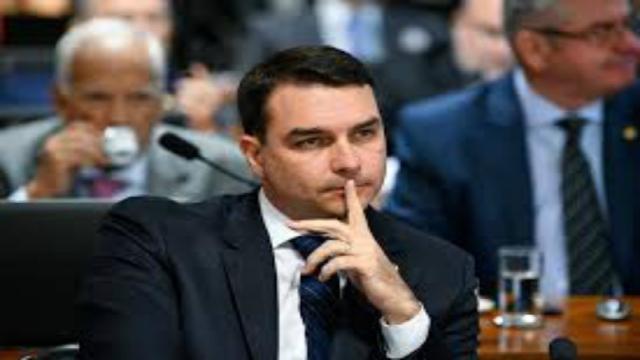 Flávio Bolsonaro discuti com internauta e dispara: ' Queima rosca'
