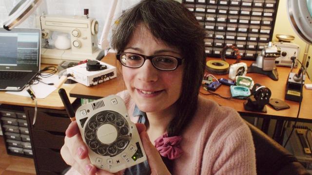 Creato il primo cellulare con disco per comporre i numeri