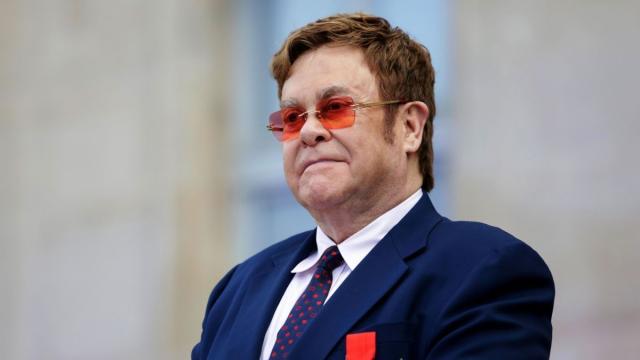 Elton Show interrompe show por problemas de saúde