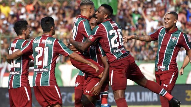 Fluminense busca adaptação e treina em campo de grama sintética