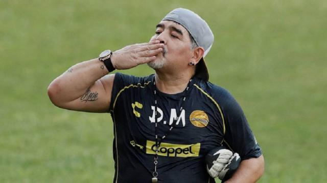 La ingesta de una pastilla en un encuentro causa intriga entre los seguidores de Maradona