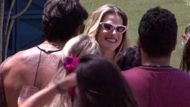 'BBB20': Ingrid Guimarães participa de festa na piscina junto dos integrantes