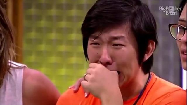 'BBB20': Pyong vê o filho recém-nascido pela primeira vez e desaba em lágrimas