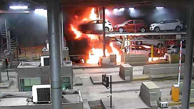Caminhão-cegonha com 11 veículos se incendeia após bater em cabinas de pedágio