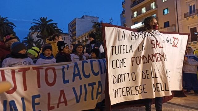 Taranto, si è svolta manifestazione contro l'inquinamento che ha prodotto molte vittime