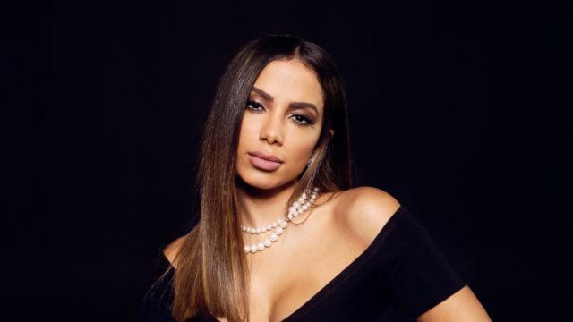 Anitta deixa palco depois de passar mal