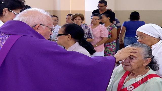 Para evitar contágio pelo coronavírus, arcebispo pede que fiéis não deem as mãos
