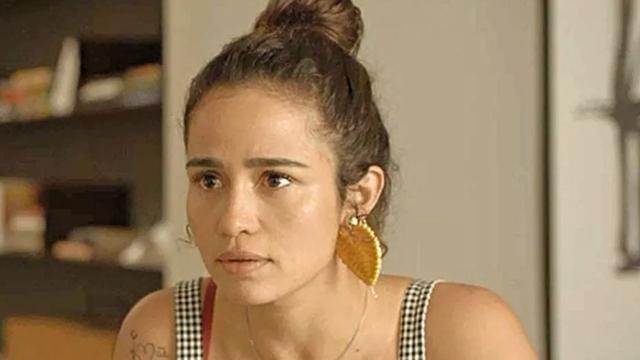 'Amor de Mãe': Érica vê Sandro e Betina se beijando depois de voltar de viagem