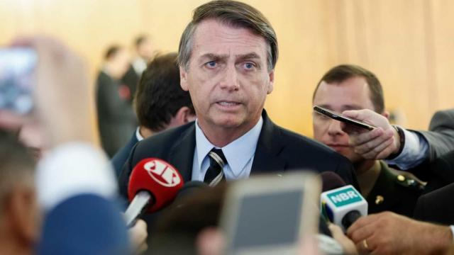 Bolsonaro ganha vaias e aplausos durante posse do presidente uruguaio