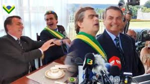 Bolsonaro faz live e coloca comediante para dar bananas a imprensa