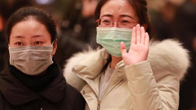 Coronavírus faz com que pessoas ao redor do mundo desenvolvam cumprimentos