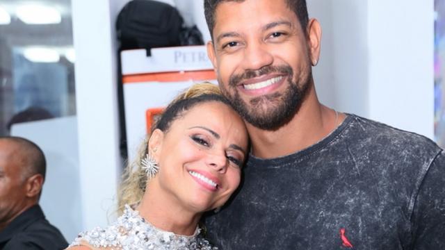 Aos 44 anos, Viviane Araújo nega que esteja esperando seu primeiro filho
