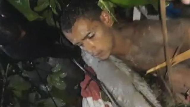 Rapaz é resgatado com vida após ser soterrado em Guarujá