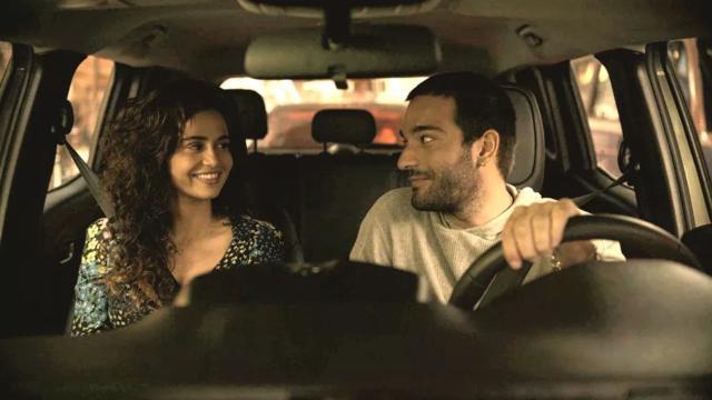 'Amor de Mãe': Érica não consegue se controlar e dá um beijo em Sandro antes de viajar