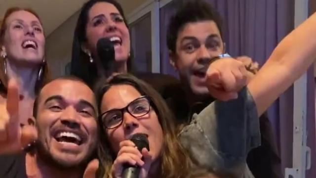 Cantor Zezé Di Camargo reune família e canta em karaokê