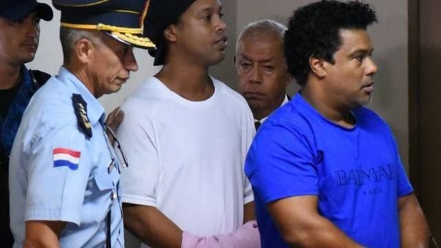 Ronaldinho Gaúcho e seu irmão Assis permanecem em prisão preventiva no Paraguai