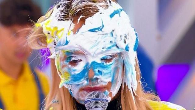 Eliana ganha tortada na cara durante participação no 'Domingo Legal'