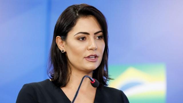 Michele Bolsonaro deseja processar quem noticiou que ela tinha caso extraconjugal