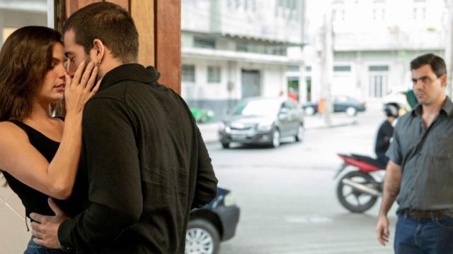 'Amor de Mãe': Magno pega Betina beijando Sandro