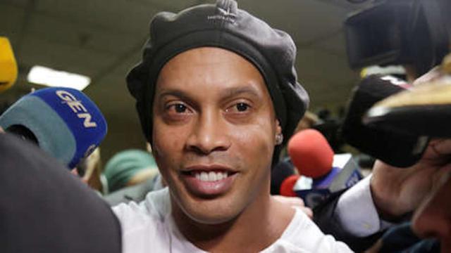 Ronaldinho juega al fútbol mientras está en prisión preventiva