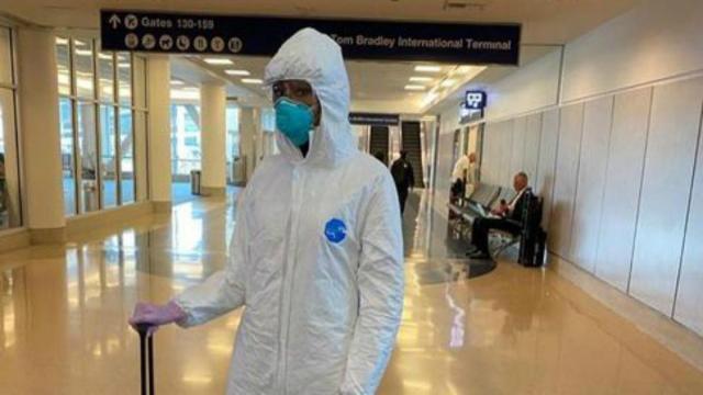 Temendo pegar coronavírus, Naomi Campbell aparece com roupa inusitada no Instagram