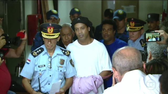Ronaldinho é concorrido entre policiais e prisioneiros para torneio na prisão