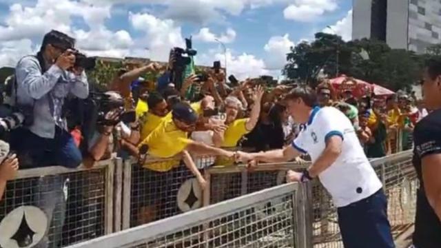 Maia fica perplexo com atitude de Bolsonaro que cumprimentou manifestantes