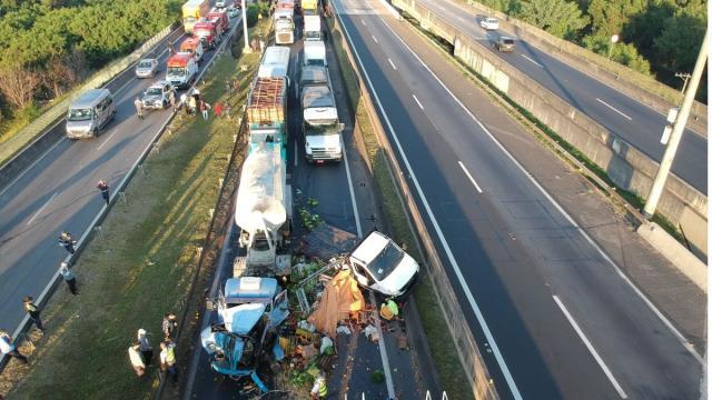 Para escapar de engavetamento, motorista abandona carro e salta de viaduto