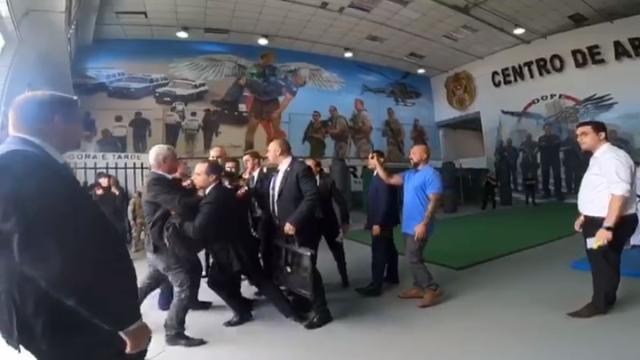 Major Olímpio e João Dória se desentendem e são contidos por seguranças