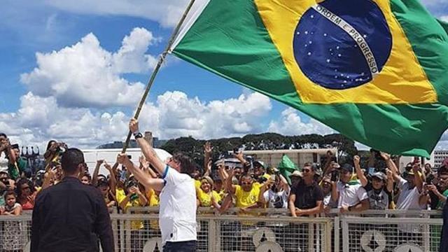 Bolsonaro cita histeria sobre coronavírus e diz que irá realizar festa de aniversário
