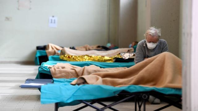 Coronavírus: Jornal afirma que idosos com mais de 80 anos serão 'deixados para morrer'