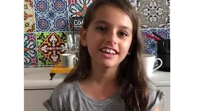 Vizinhos cantam parabéns das sacadas para menina que teve festa de aniversário cancelada