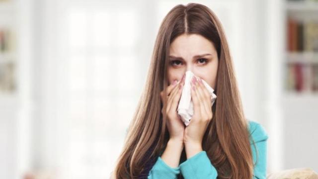 El coronavirus se propaga por vía respiratoria, al estornudar la persona infectada