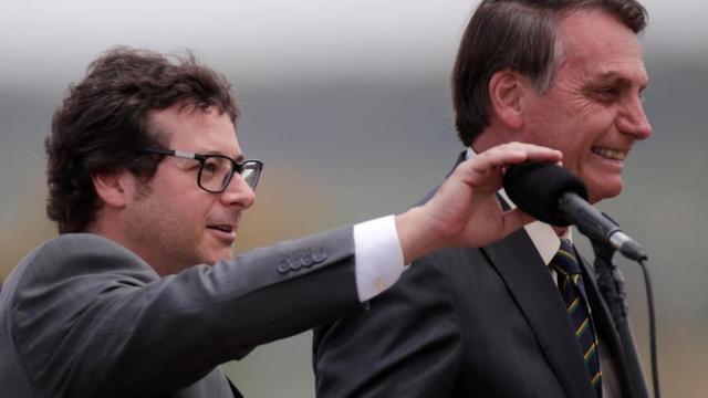 Bolsonaro revoga trecho de MP que permitia suspensão de salários por 4 meses