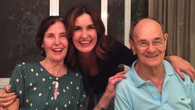 Fátima Bernardes posta foto junto aos pais, em legenda pede proteção a quem amamos