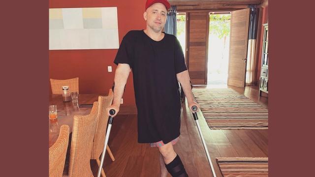 Ator Paulo Gustavo sofre acidente e anda de muletas