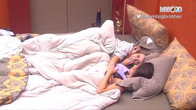 'BBB20': Marcela e Gizelly ficam debaixo de edredom, e web imagina se teve beijo