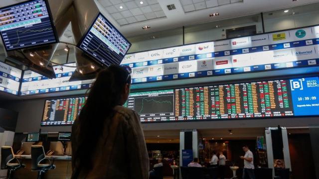 Um dia após pronunciamento de Bolsonaro, dólar cai e bolsa de SP dispara