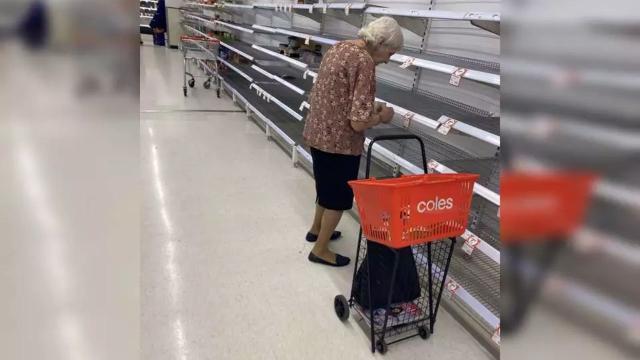 Coronavírus: idosa na Austrália chora ao ver prateleiras vazias em comércio
