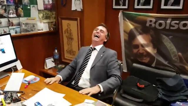 'brasileiro pula em esgoto e não acontece nada', diz Bolsonaro sobre coronavírus