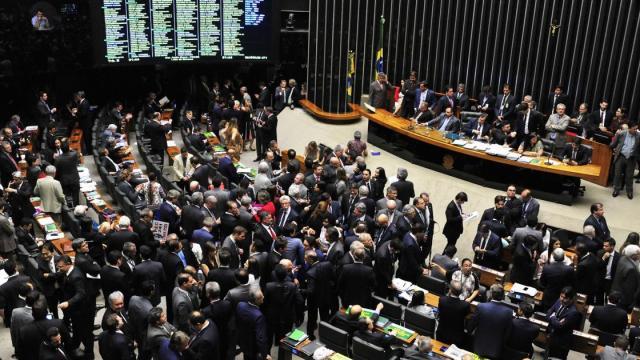 Câmara aprova projeto que prevê R$ 600 por mês para trabalhador informal em isolamento