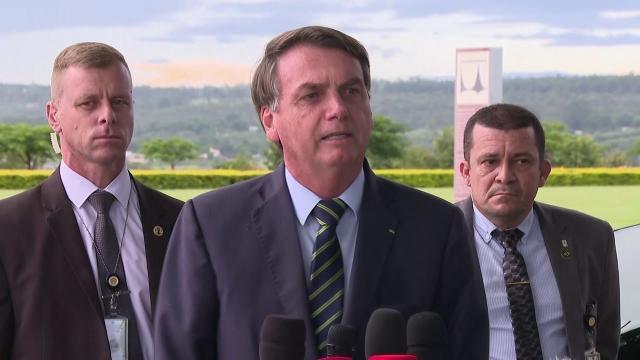 Questionado sobre COVID-19, Bolsonaro diz que brasileiro pula em esgoto e nada acontece
