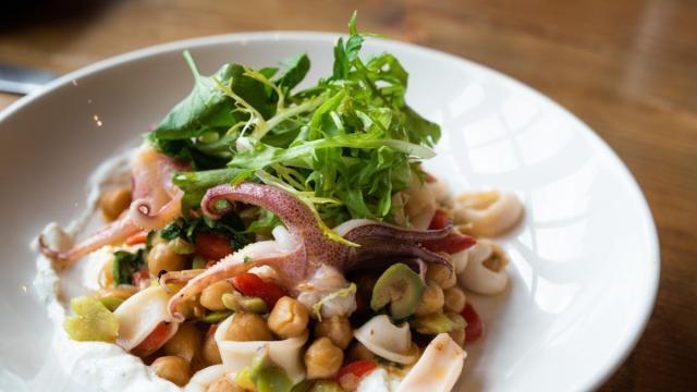 Calamari all'aglio: una ricetta veloce e di facile preparazione